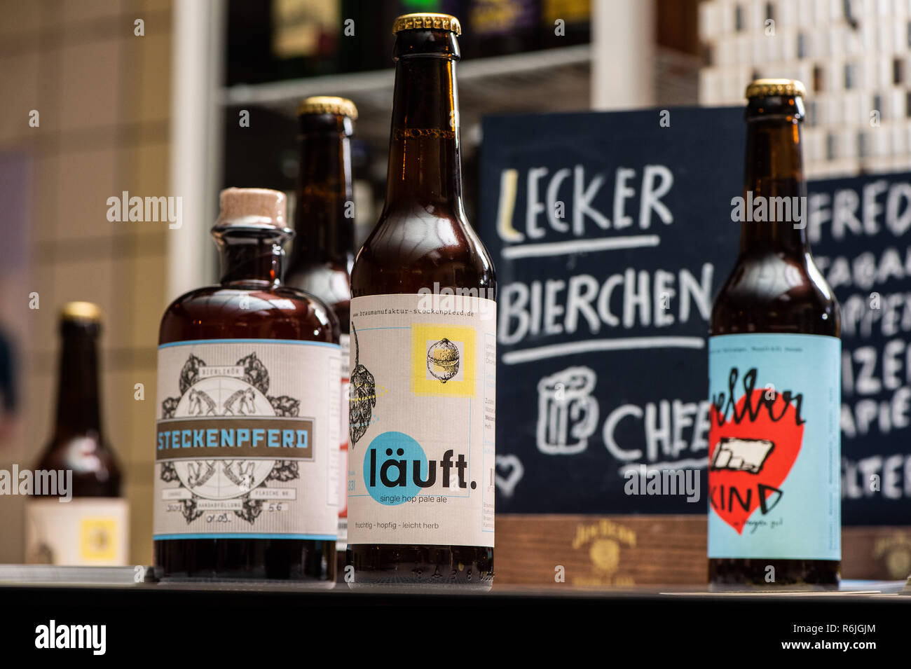 """Kassel, Germany. 22nd Nov, 2018. """"Delicious beer"""" is written on a board at the bar of the brewery Steckenpferd behind various craft beer bottles. (to dpa """"Successful in the niche - Craft beer brewers assert themselves on the market"""" of 06.12.2018) Credit: Swen Pförtner/dpa/Alamy Live News Stock Photo"""