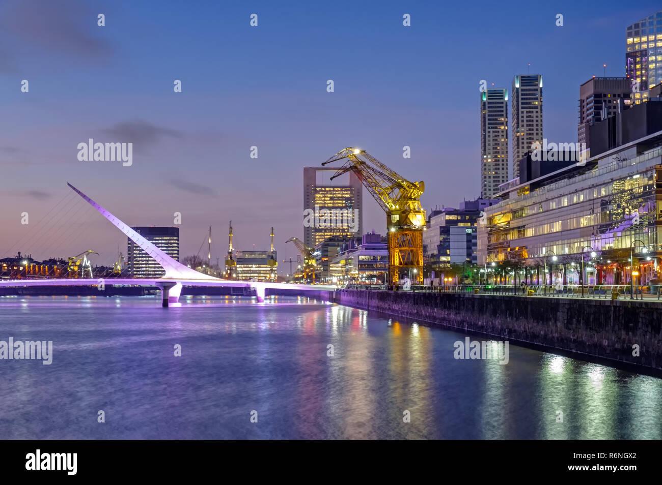 Puerto Madero mit der Puente de la Mujer in Buenos Aires, Argentinien, in der Abenddämmerung Stock Photo