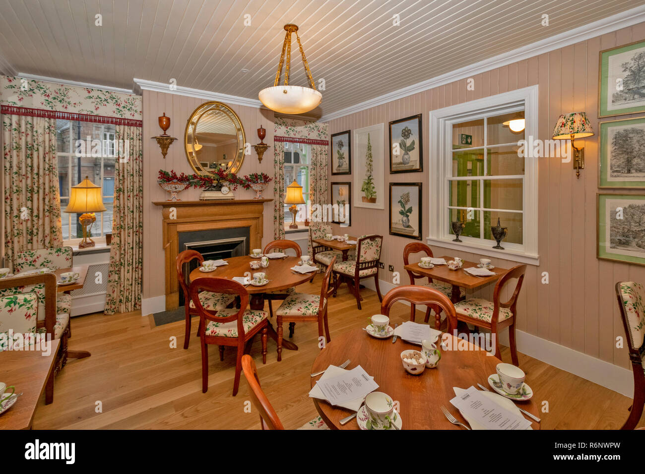 BALLATER ABERDEENSHIRE SCOTLAND THE TEA ROOM IN THE NEWLY RENOVATED VICTORIAN RAILWAY STATION Stock Photo