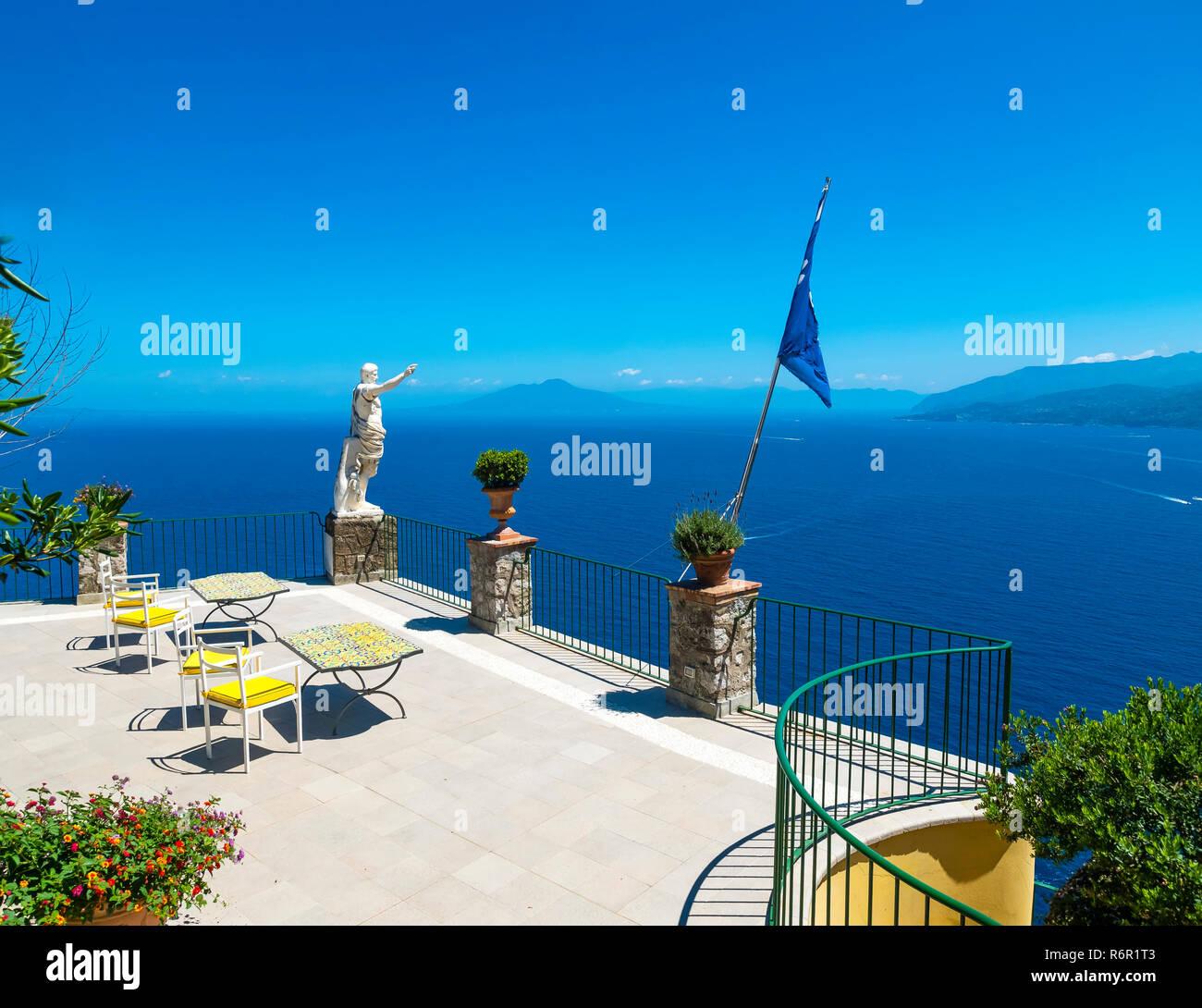Steilküste, hinten der Vesuv, Capri, Golf von Neapel, Kampanien, Italien - Stock Image