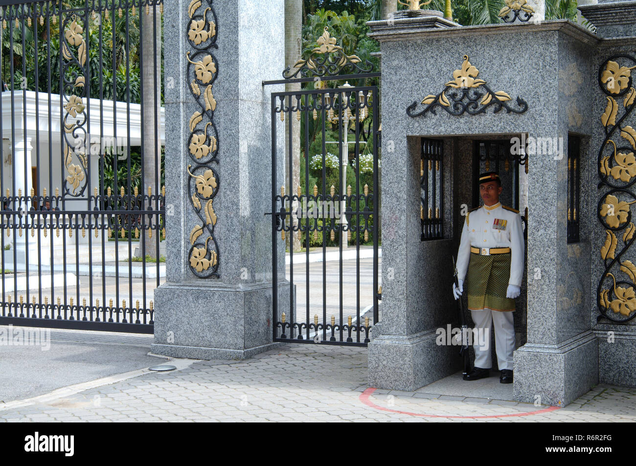 Guard guarding the entrance to the royal residence, Kuala Lumpur, Malaysia,  Asia - Stock Image
