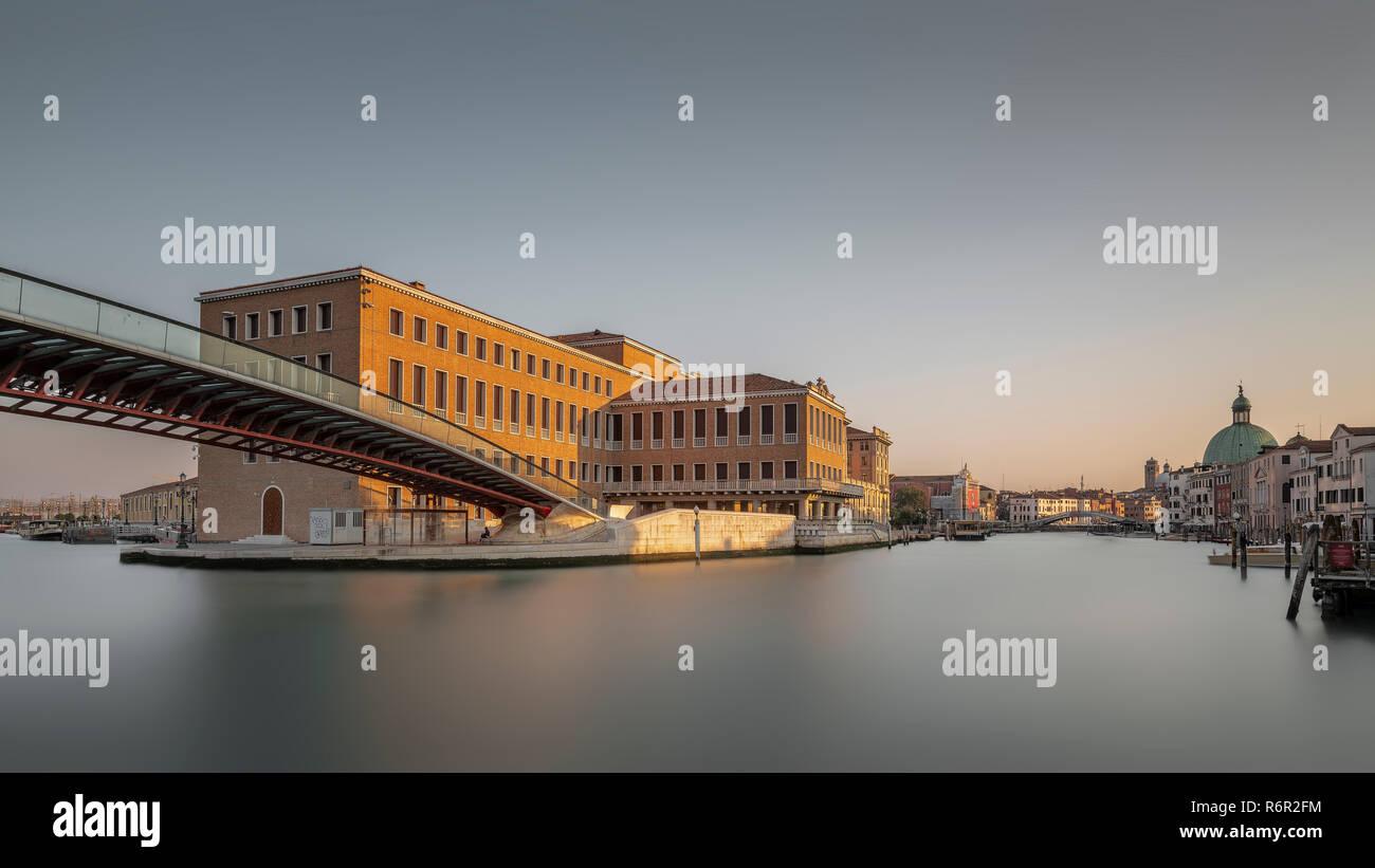 Ponte della Costituzione, Brücke der Verfassung, Fußgängerbrücke über den Canal Grande, Architekt Santiago Calatrava, Santa Croce, Venezia, Venedig, V - Stock Image