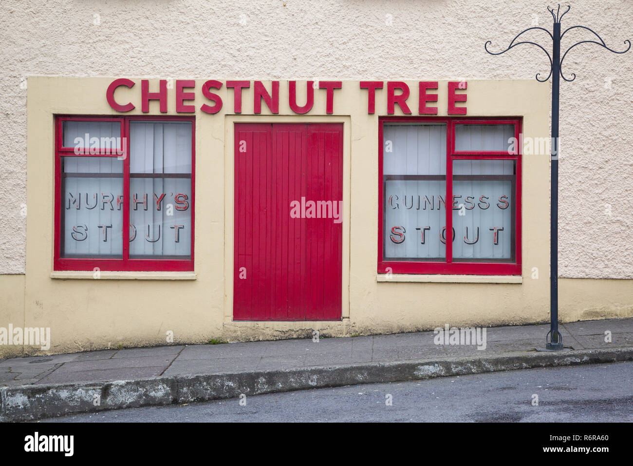 A colourful original shopfront to a bar in Skibbereen, West Cork, Eire, the Republic of Ireland - Stock Image
