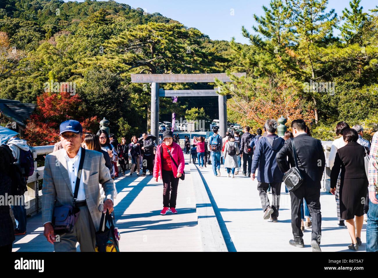 Ise Grand Shrine, Mie Prefecture, Japan: Pilgrims crossing Uji Bridge to enter the Inner Shrine (Naiku) - Stock Image