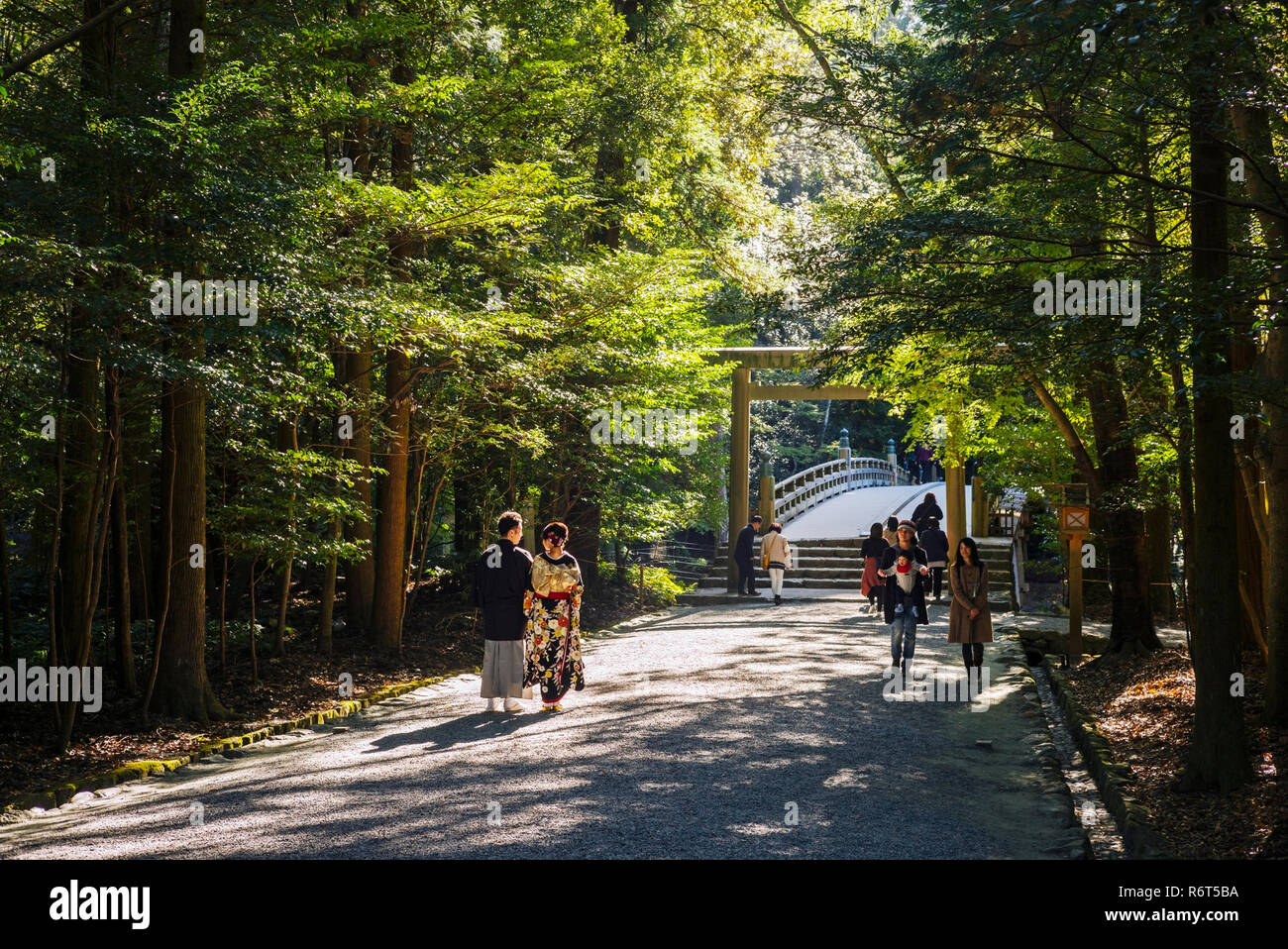 Ise Grand Shrine, Mie Prefecture, Japan: Newly-wed couple in ikimono at the Inner Shrine (Naiku) - Stock Image