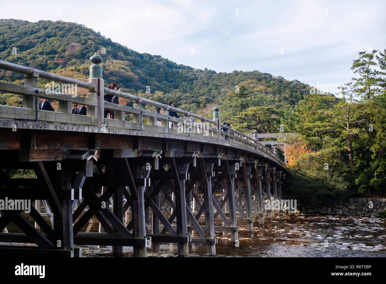 The Uji bridge over Isuzu river leading to the Inner Shrine (Naiku) (Ise Grand Shrine, Mie Prefecture, Japan) - Stock Image