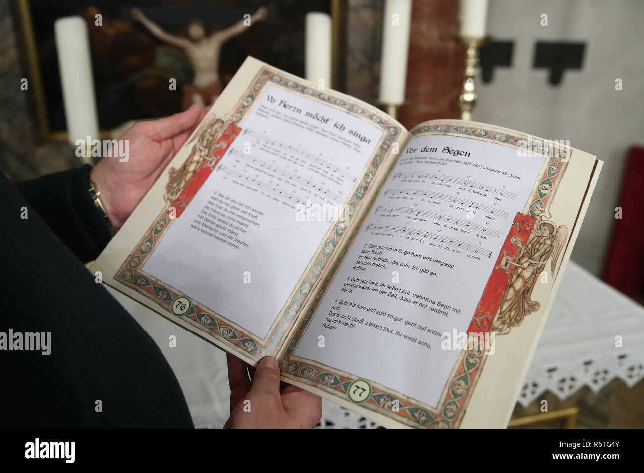 "Lichtenau, Germany. 06th Dec, 2018. Pastor Claus Ebeling holds the church dialect hymnbook ""Fränkischer Psalter - Psalmen und Lieder in Mundart - As fränggische Gsangsbuch"" in his hands in the Trinity Church. The special hymnbook for Franconia contains not only the Franconian ""Our Father"", but a total of 23 biblical psalms and 44 songs on 80 pages. Including dialect versions of well-known Christmas songs. (to dpa-Korr: ""Vadder unser - Franken gets church dialect songbook"" from 07.12.2018) Credit: Daniel Karmann/dpa/Alamy Live News Stock Photo"