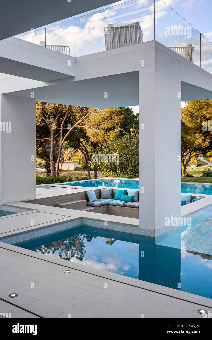 Sunken Seating Area Among Pools Of Water And Shaded Structures Of New Build Villa Quinta Do Lago Stock Photo Alamy