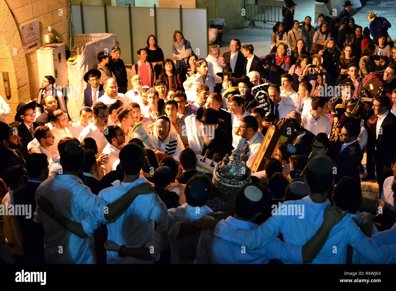 Jewish people celebrating Simchat Torah at western wall in the evening - Stock Image