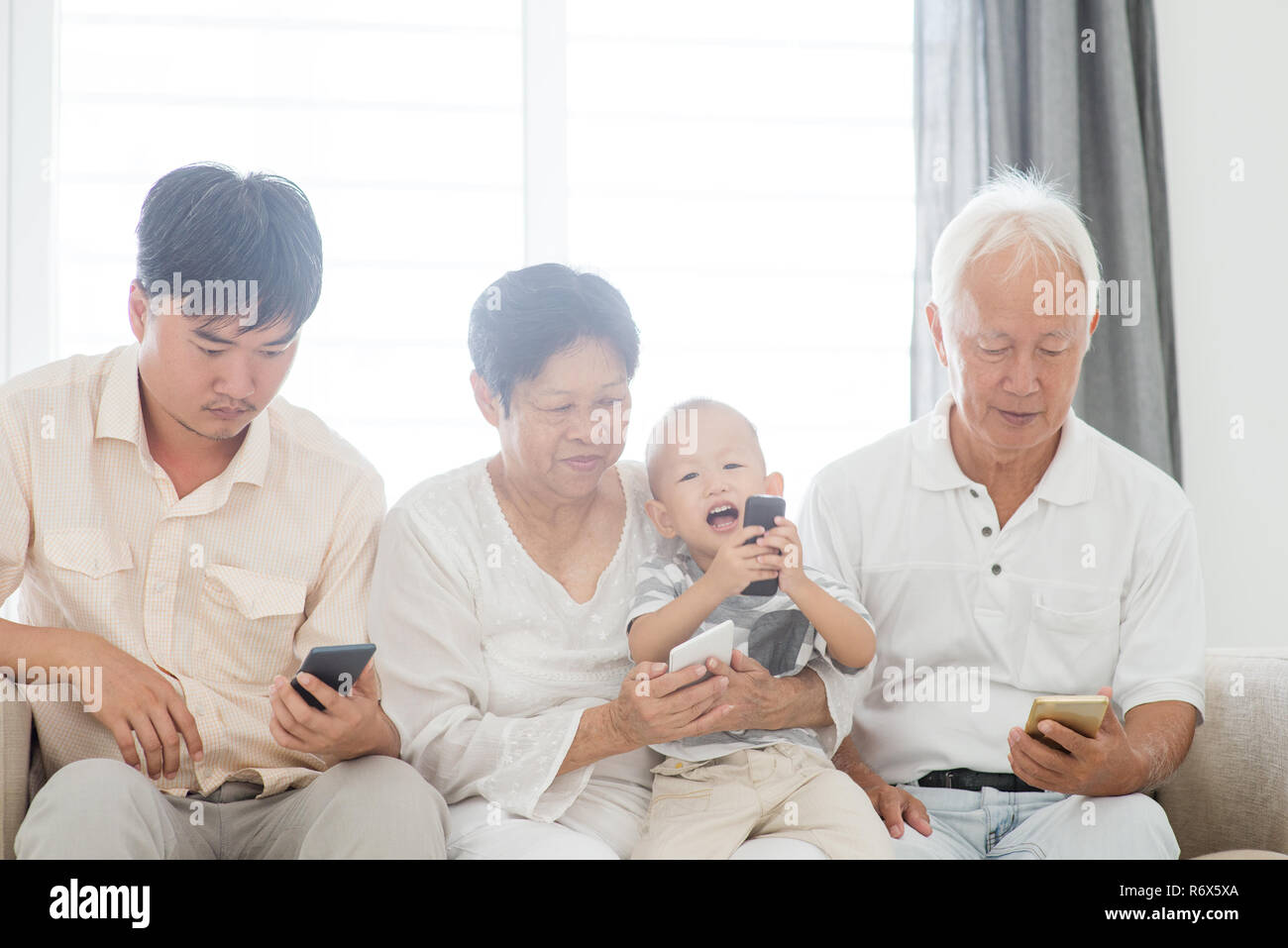Smartphone addicted family - Stock Image