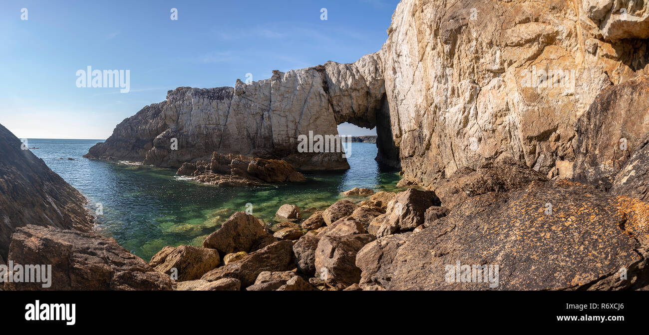 Bwa Gwyn sea arch on the coast of Anglesey at Rhoscolyn, North Wales - Stock Image