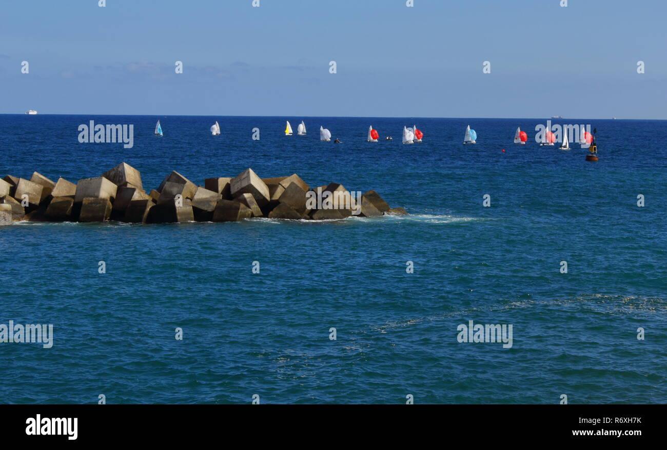 Pequeños veleros en el mar. Regata en el mar. Small sailboats Regatta in the sea Stock Photo