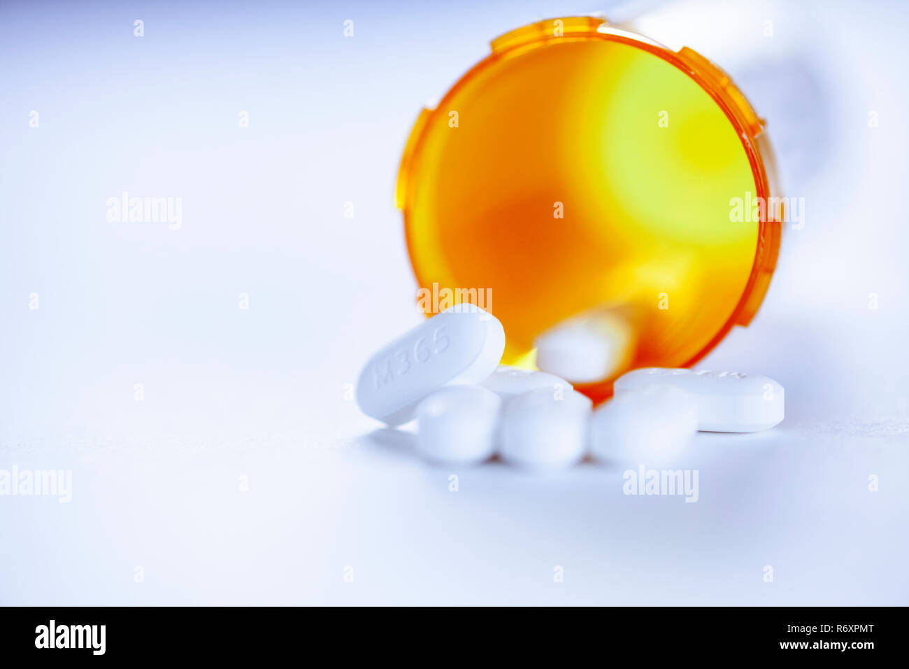 WA17034-00...WASHINGTON - Acetaminophen Hydrocodone pills spilling out of a bottle. - Stock Image