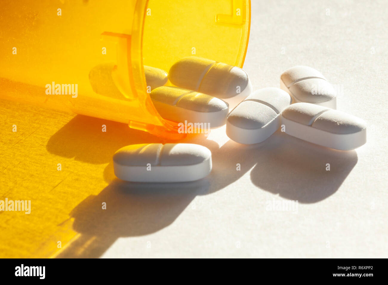 WA17036-00...WASHINGTON - Acetaminophen Hydrocodone pills spilling out of a bottle. - Stock Image