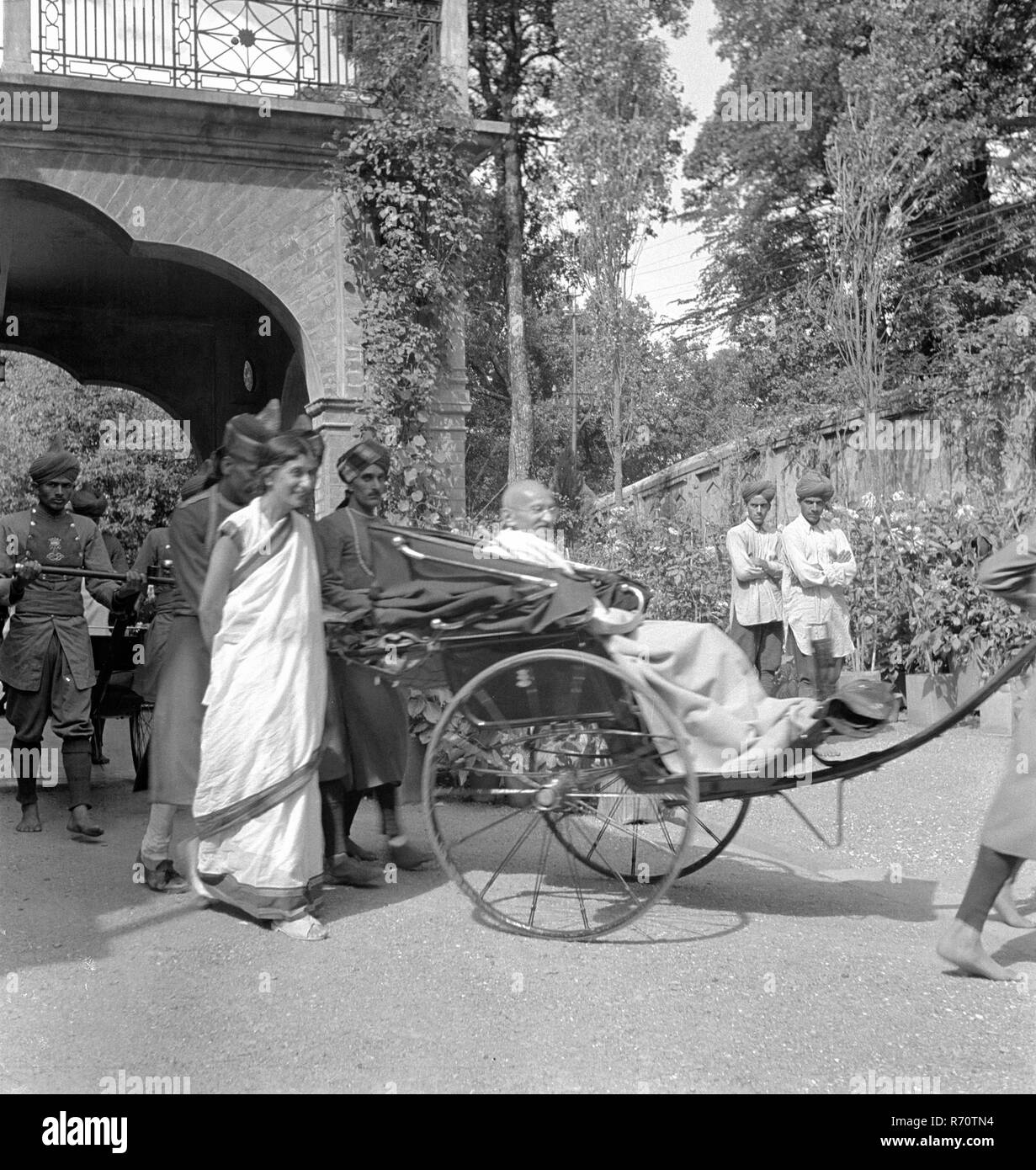 Mahatma Gandhi with Rajkumari Amrit Kaur on his way to a meeting with the British viceroy, September 1939 - MODEL RELEASE NOT AVAILABLE - Stock Image
