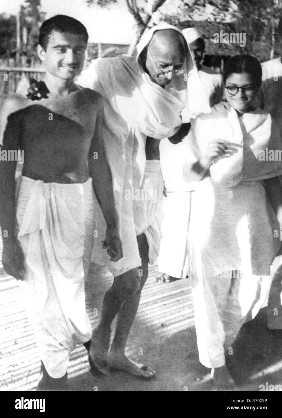 Mahatma Gandhi walking with Abha and Kanu Gandhi (left) - MODEL RELEASE NOT AVAILABLE - Stock Image