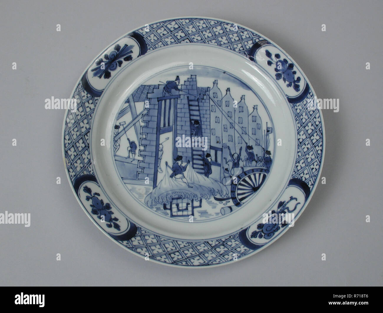 White plate with in blue image Costerman uproar: figures that plunder and break down the house, plate crockery holder ceramic porcelain glaze h 3.0, baked painted glazed Round plate with slightly deepened flat sloping edge on stand bottom bottom: Cheng Hua brand (painted and baked) Tumult of Rotterdam Costerman Riot Jacob van Zuylen van Nyevelt mayor chine de commande Jan Smeltzing - Stock Image