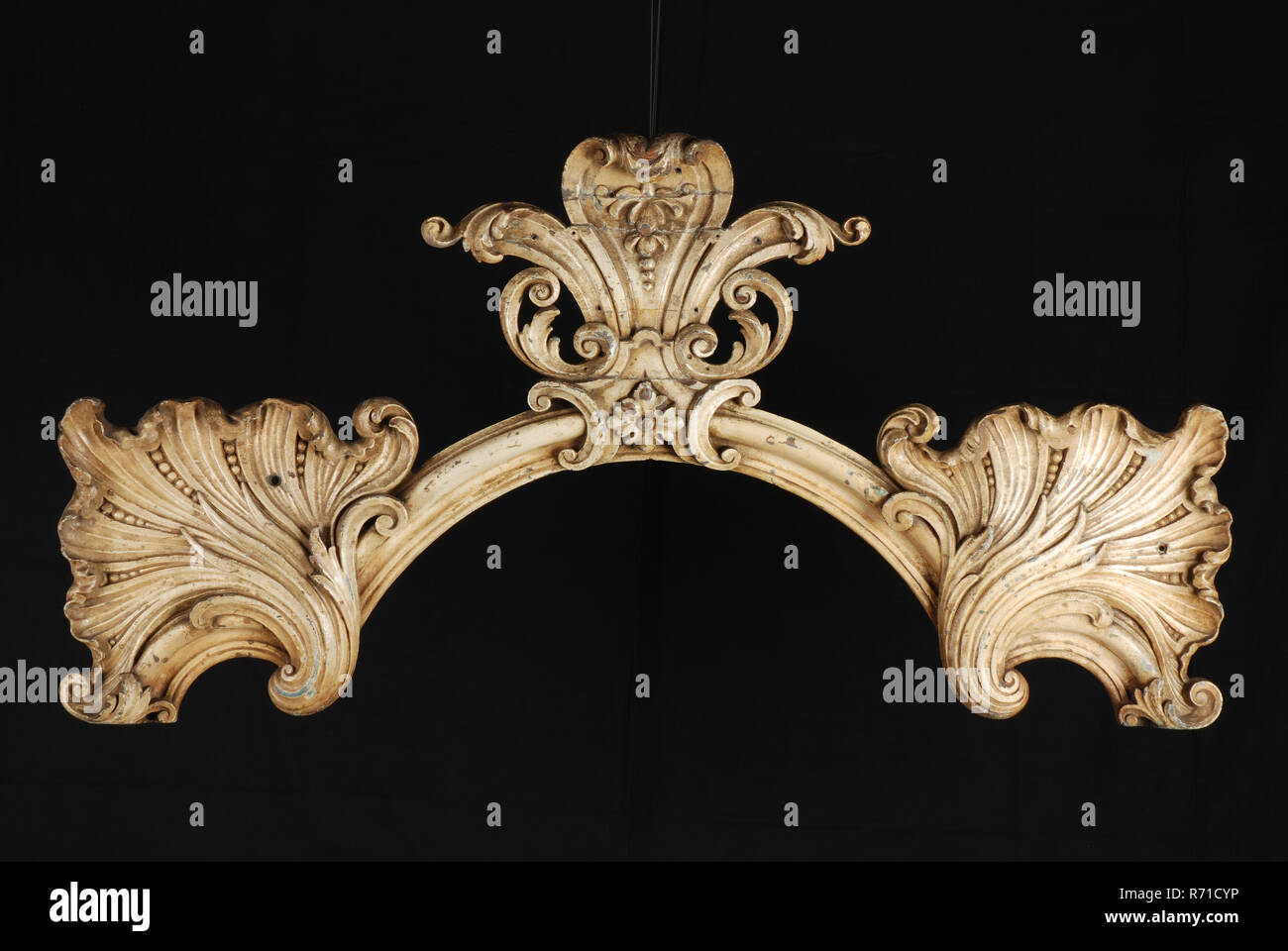 Carved wooden arched profile with three palmetal ornaments