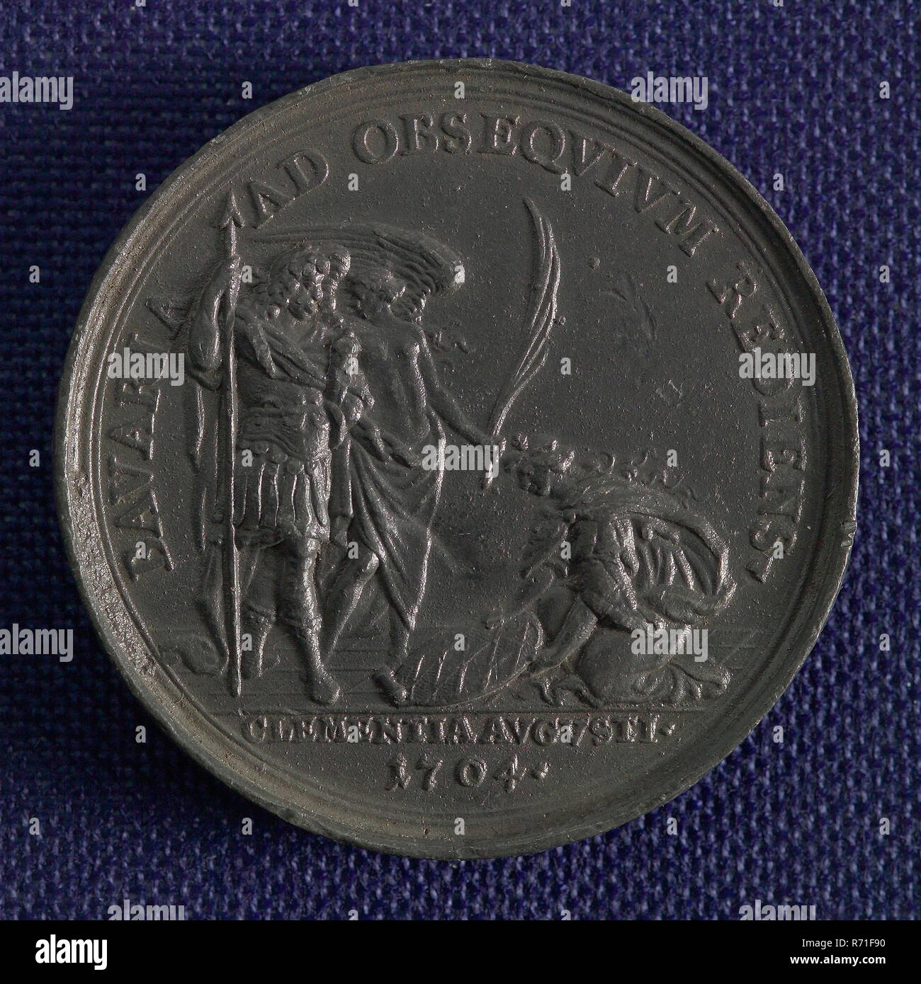 Medal on the subjugation of Bavaria to the German Emperor, penning visual material lead metal, in the foreground liberated cities Augsburg and Ulm in the background French and Bavarian soldier chased by victory in cut: TRANQVILLITAS REDVX. legend: AVGVSTA VIND. LIBERATA. VLMA RECVPER. HOSTES VLTRA RHEN. FVGATI. (Augsburg redeemed Ulm regained and the enemies hunted across the Rhine rest restored) Emperor Germany Bavaria Augsburg Ulm - Stock Image