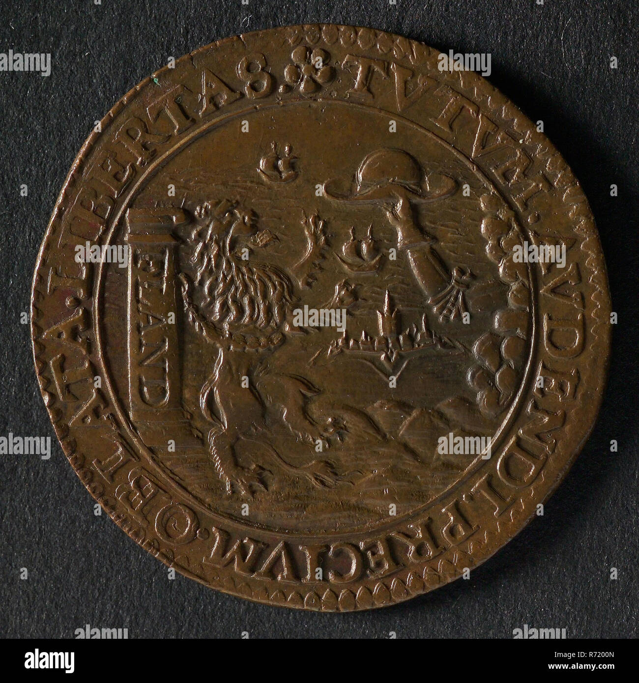 Medal on the peace proposals and the battle at Nieuwpoort, jeton utility medal medal exchange buyer, Flemish lion bound to column on which FLAND refuses to offer him freedom hat omschrift: TVTVM. AVDENDI. PRECIVM. OBLATA. LIBERTAS (the offered freedom is safe reward to take the plunge) Oldenbarnevelt - Stock Image