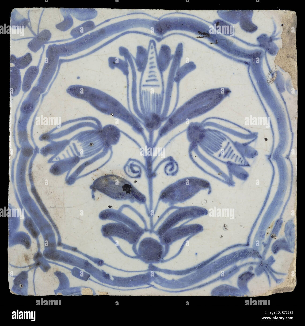 Flower tiling with three-tier in braces, blue decor on white ground, angle filling voluten, wall tile tile sculpture ceramic earthenware glaze tin glaze, in form made baked glazed painted baked Wall tile with blue decor on white background. Flower Tile with three-tiered tulip in brace frame The glaze layer has probably become dull by cleaning with corrosive acid. brown-colored shard. Scraped earthenware. Corner filling volute Slightly slanted sides of indigenous pottery - Stock Image
