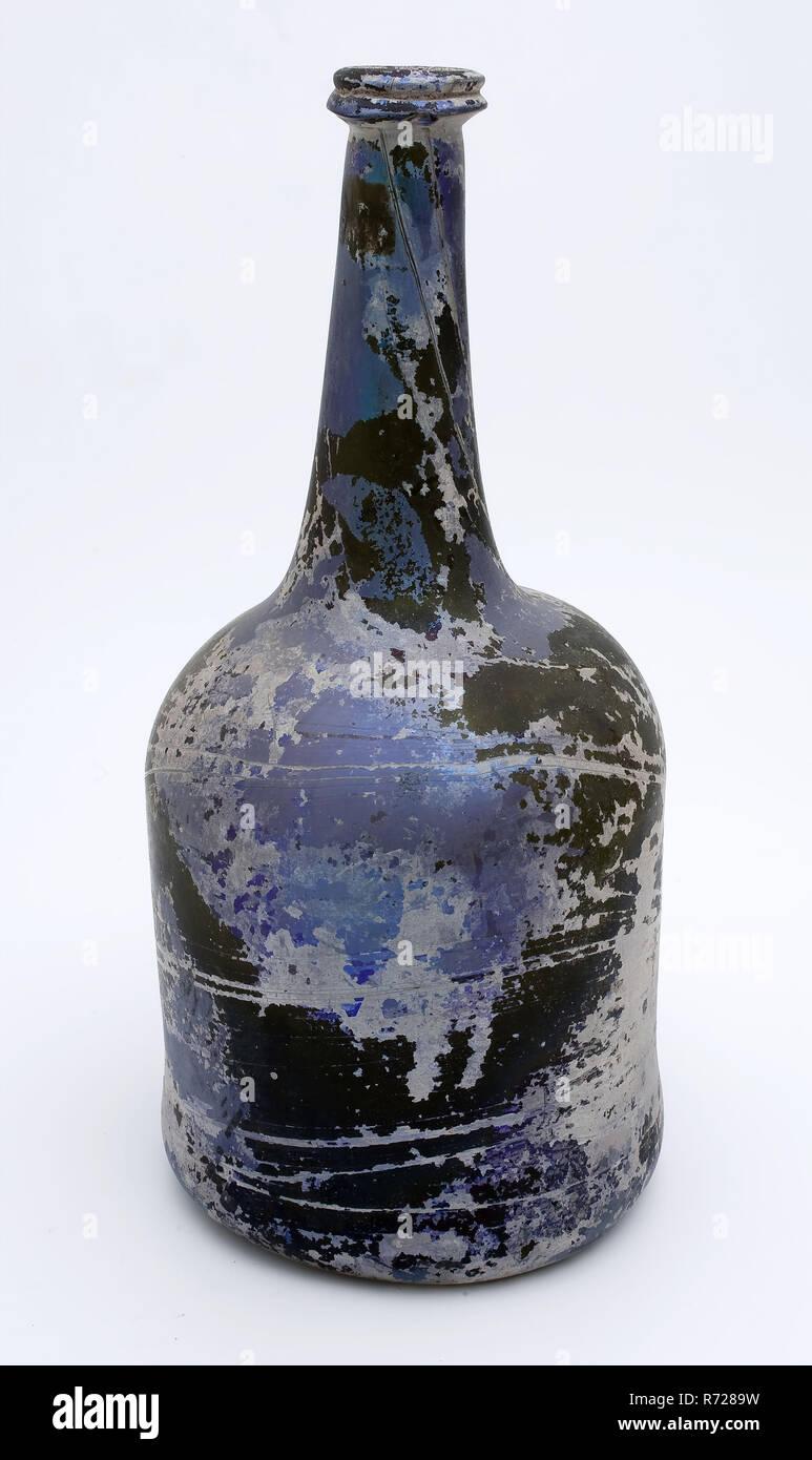 Cylindrical bottle, bottle holder bottomfound glass, free