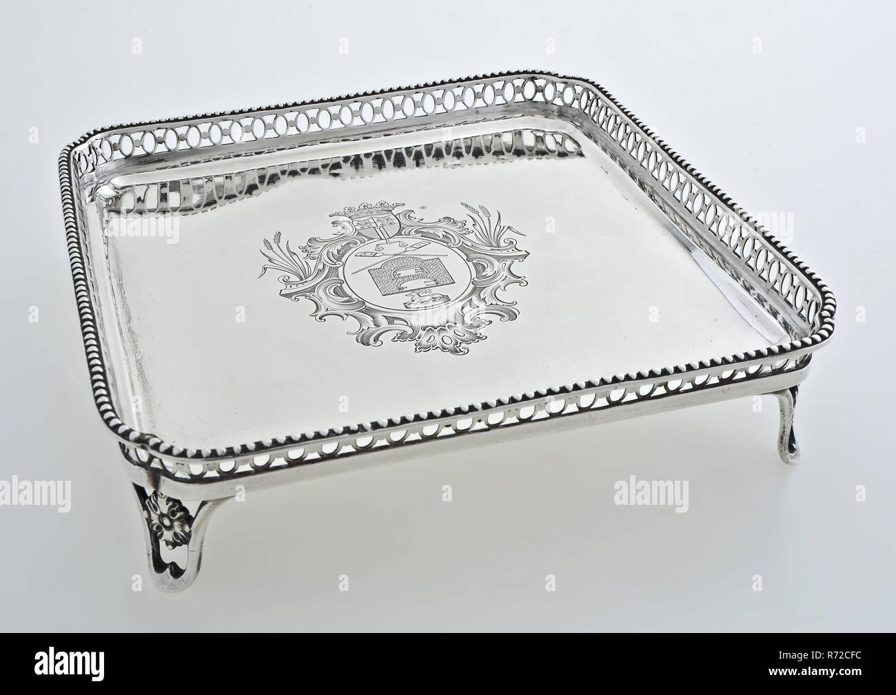 Rudolph Sondag, Silver leaf, with engraving of the Rotterdam bread, pies and cuckoo's guild, tray tray holder silver, Cabaret, ie serving tray on legs. Square chamfered cut out edge on the corners (chain with circles) crowned with pearl surround. Rosette in the open sawn legs. In the middle of the flat engraved with representation of the 'coat of arms of pie and bakers': oval decorated with ears of corn crowned with weapon Rotterdam underneath balance two crossed bread scoops double door oven and pie crowned with deer head inscription backside: wood pastey & koekebakkers Guild 1790 (engraved i - Stock Image