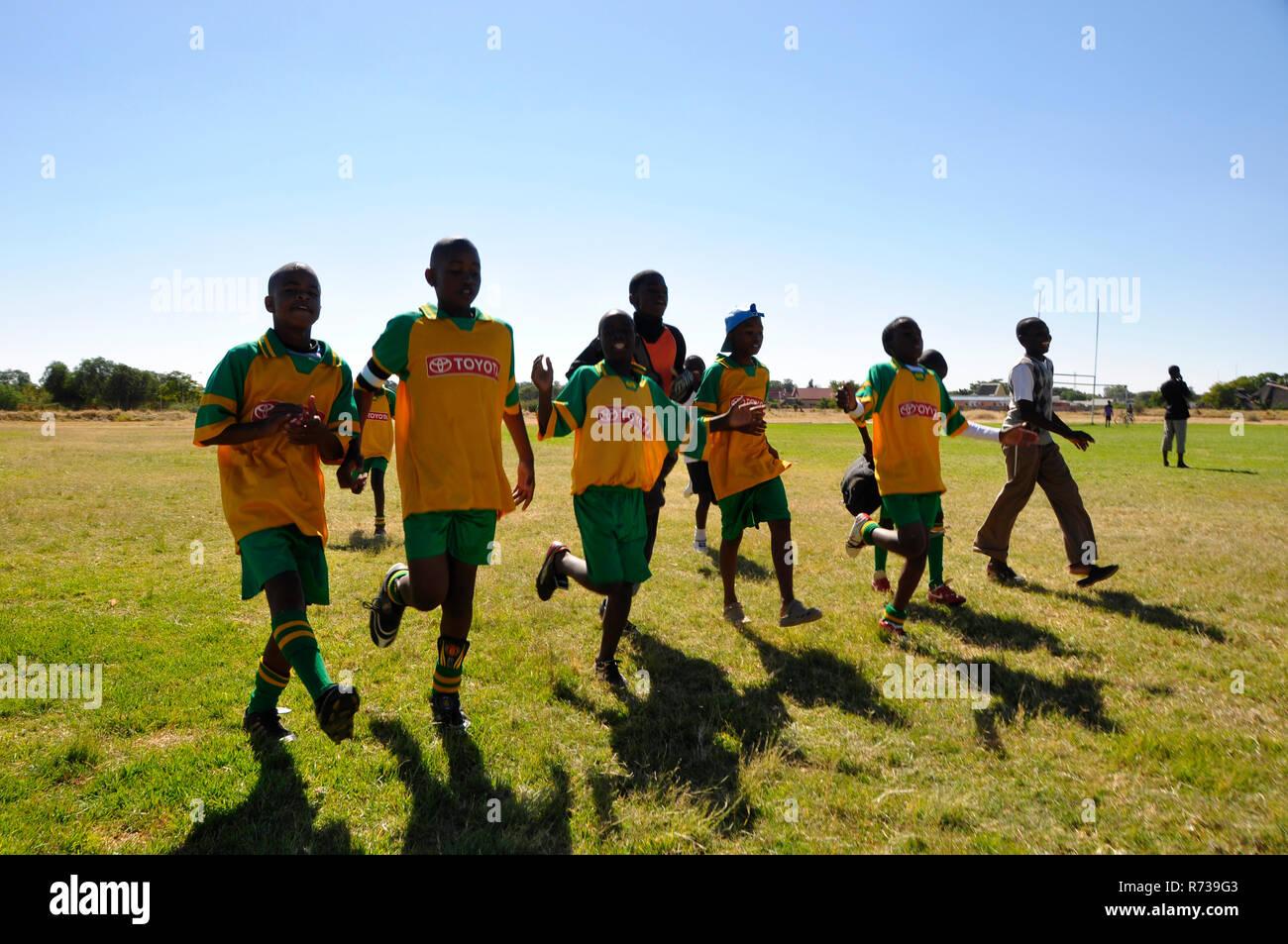 Jugendliche namibische Fussballer beim Aufwärmen. Young namibian footballers. Sport fördert den Teamgeist und erhöht die Leistungsbereitschaft. - Stock Image