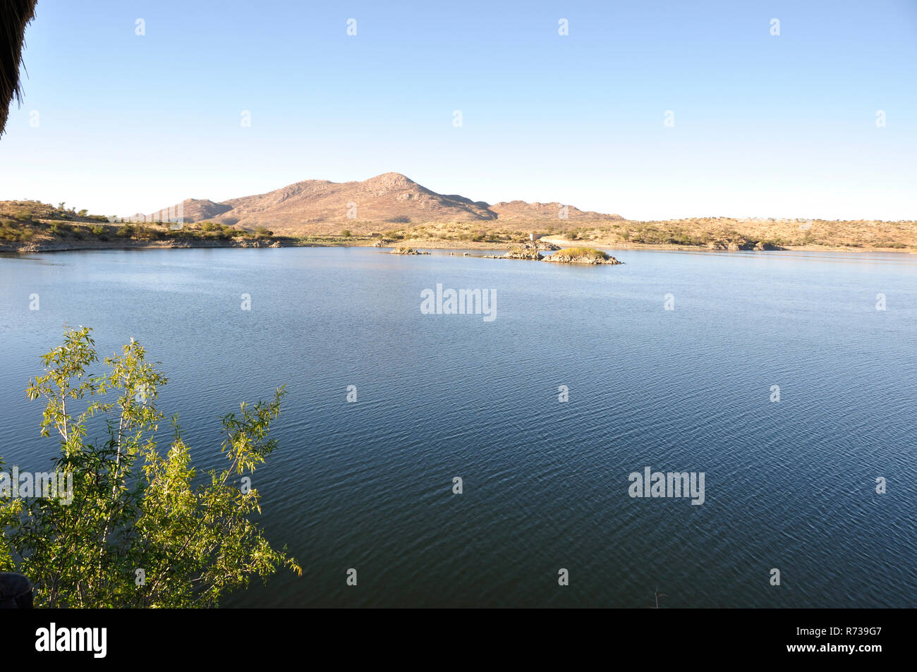 An idyllischer Lage am Stausee mitten in der Kalahari-Wüste nahe Rehoboth liegt der Ferien- und Freizeitresort Lake Oanob.  An idyllic spot for holida - Stock Image