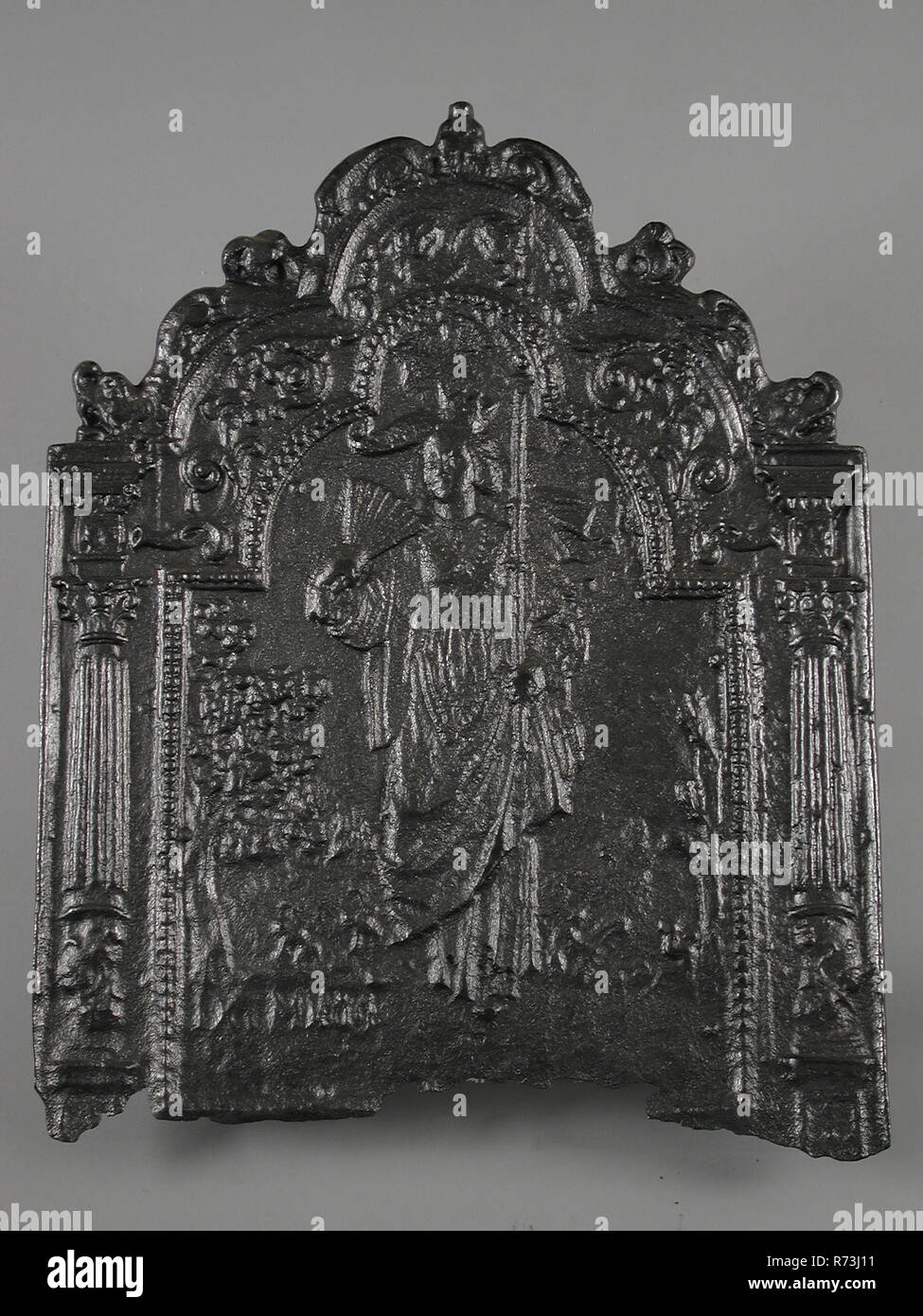Fireback crowned woman with parasol and fan, trees and animals, year DCM ..., fire place iron, cast Rectangular base top with arch. In the middle crowned woman in classic robe in the right parasol in the left hand. In the background trees and animals Folding on the top edge fluted pilasters with Corinthian capitals and basements on the sides Bottom: DCM ... living environment interior heating classic - Stock Image