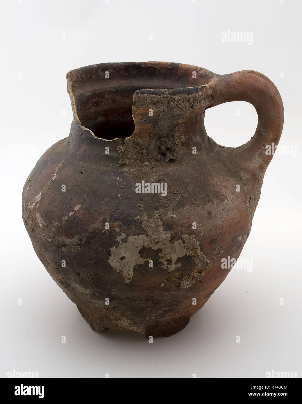 Pottery jug be placed on five stand fins, red shard, silt