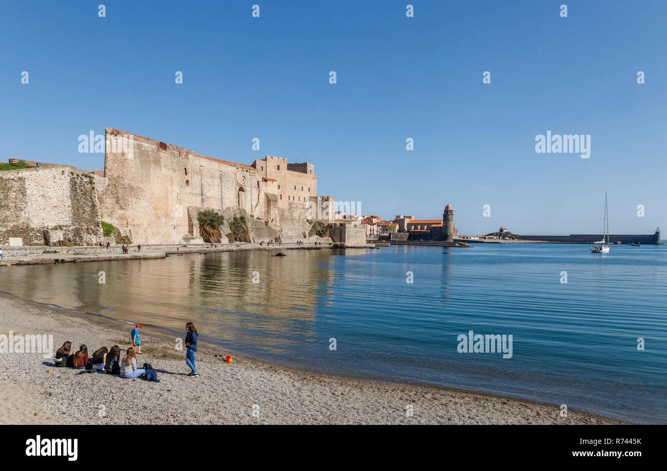 France, Pyrenees Orientales, Cote Vermeille, Collioure, Port d'Avall beach and Royal Castle defensive wall // France, Pyrénées-Orientales (66), Côte V - Stock Image