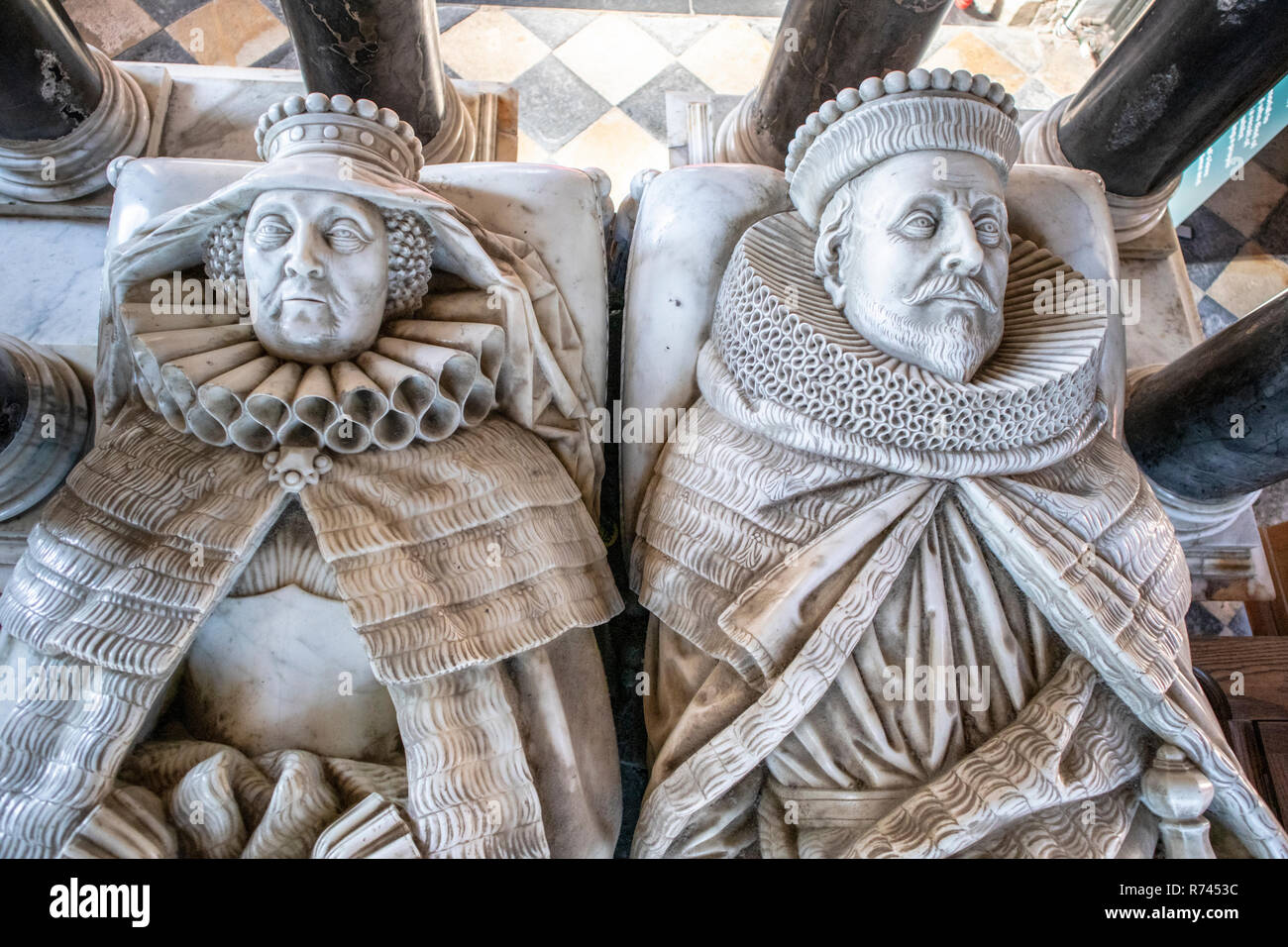 Marble monument by Nicholas Stone to Sir Baptist Hicks (died 1629) and his lady Elizabeth (died 1643) in St James church in the Cotswold town of Chipp - Stock Image