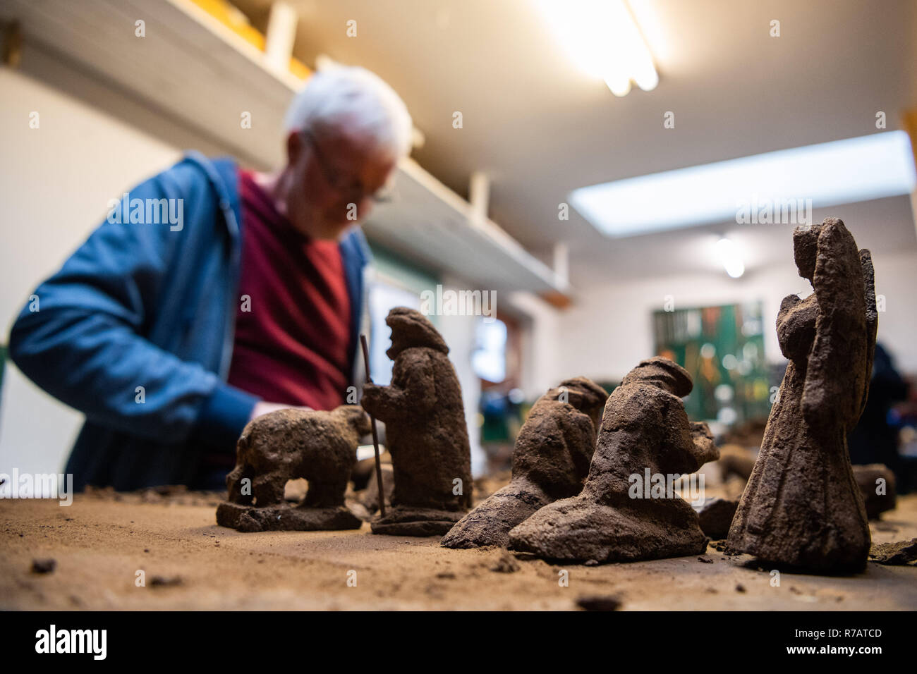 Saterland, Germany. 22nd Nov, 2018. Karl-Heinz Brinkmann carves Christmas figures from peat in his home workshop. The 64 year old Saterland artist works with many materials. But the dried white peat is special: it is 2000 years old. (to dpa '2000 years old: Christmas cribs from peat' from 09.12.2018) Credit: Mohssen Assanimoghaddam/dpa/Alamy Live News - Stock Image