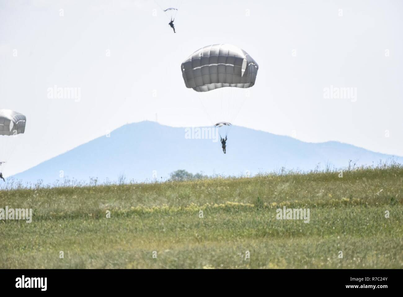 Sky Soldiers from 1st Battalion, 503rd Infantry Regiment, 173rd Airborne Brigade and paratroopers from the 1st Paratrooper Commando Brigade, Greek Army execute an airborne operation, May 12, 2017 in Thessaloniki, Greece as a part of Exercise Bayonet Minotaur. 2017.Bayonet-Minotaur is a bilateral training exercise between U.S. Soldiers assigned to 173rd Airborne Brigade and the Greek Armed Forces, focused on enhancing NATO operational standards and developing individual technical skills. Stock Photo
