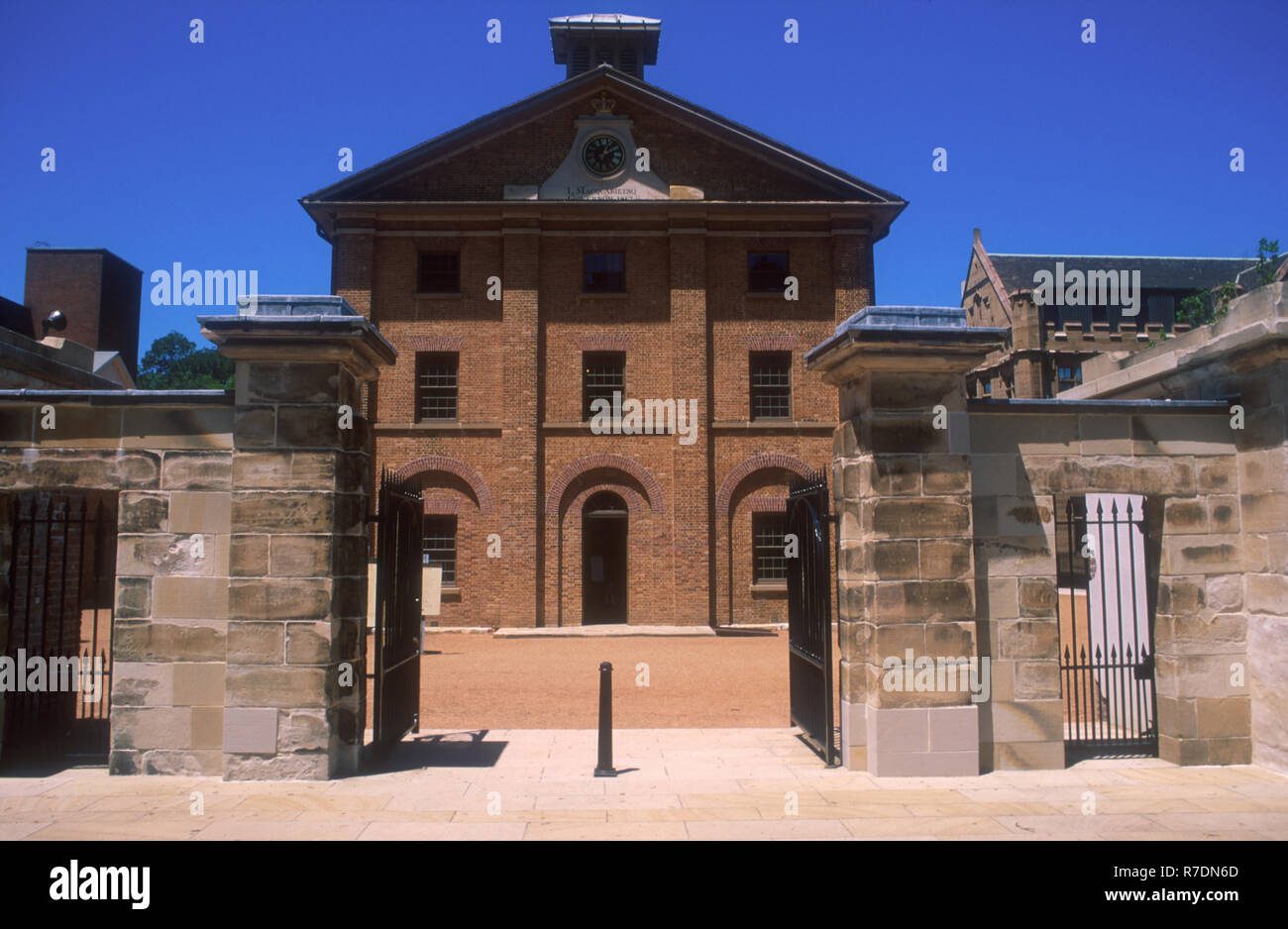 VIEW THROUGH MAIN GATES TO HYDE PARK BARRACKS, MACQUARIE STREET, SYDNEY, NEW SOUTH WALES, AUSTRALIA. THE BARRACKS ONCE HOUSED CONVICTS. - Stock Image