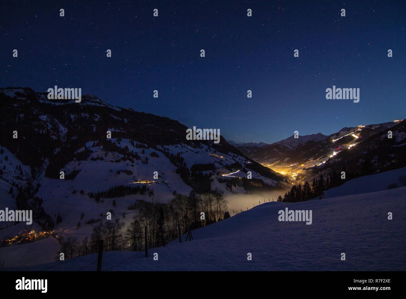 Winterliche Vollmondnacht über dem Grossarltal - Stock Image