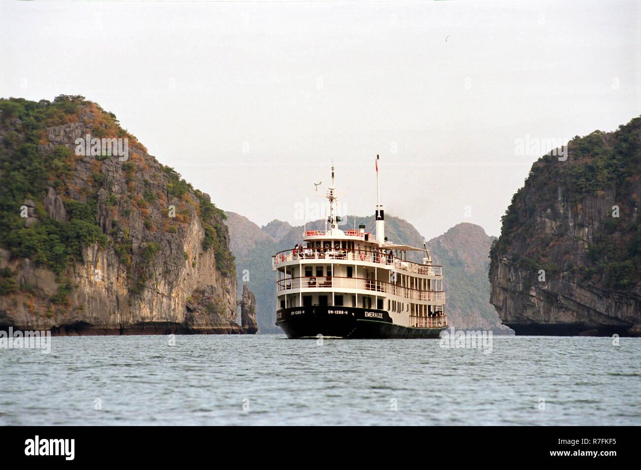 Asien, Vietnam, Halong Bay, UNESCO Weltkulturerbe, Boote, Emeraud-Schiff, Dschunken, Meer, Kalksteinfelsen, Schifffahrt, Ausflug, Meer,   Asia, Vietna - Stock Image