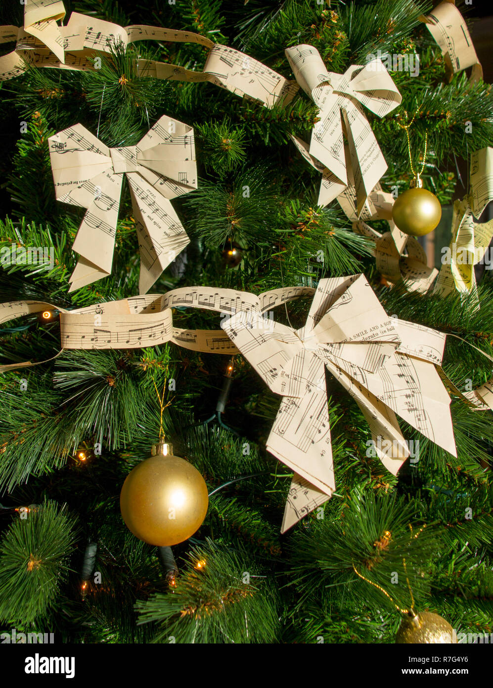 Christmas Paper Chains Uk.Christmas Bows And Paper Chains Made From Sheet Music