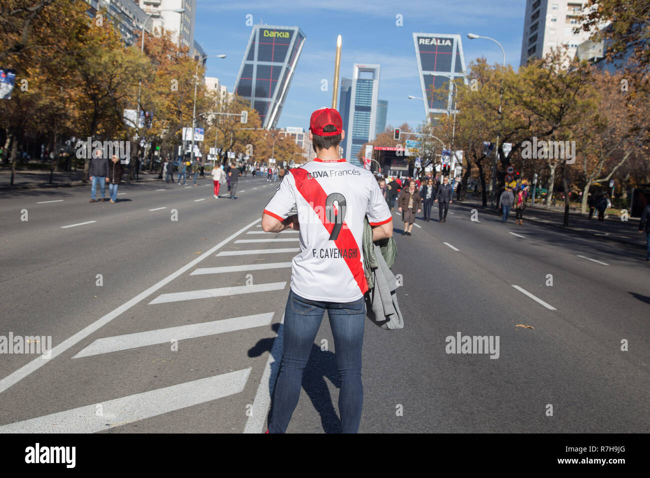 Madrid, Spain. 9th Dec, 2018. River Plate fans seen in the middle of the Paseo de la Castellana with the Kio Towers in Madrid at the background.Fans of River Plate meet in Madrid in the fan zone prior to the final match of the Copa Libertadores in Madrid. Credit: Lito Lizana/SOPA Images/ZUMA Wire/Alamy Live News Stock Photo