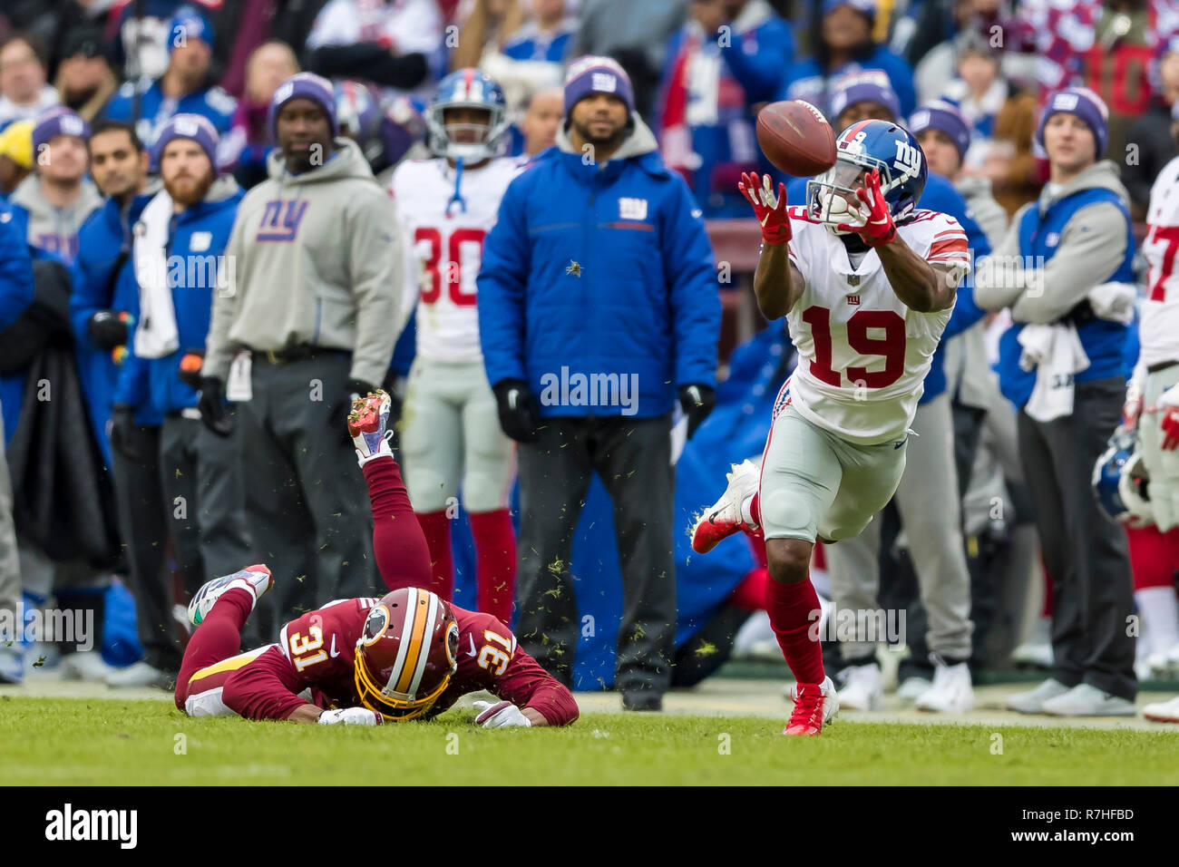Landover, Maryland, USA. 09th Dec, 2018. New York Giants wide receiver Corey Coleman (19) attempts to catch a pass in front of Washington Redskins cornerback Fabian Moreau (31) during the first half of the NFL game between the New York Giants and the Washington Redskins at FedExField in Landover, Maryland. Scott Taetsch/CSM/Alamy Live News Stock Photo
