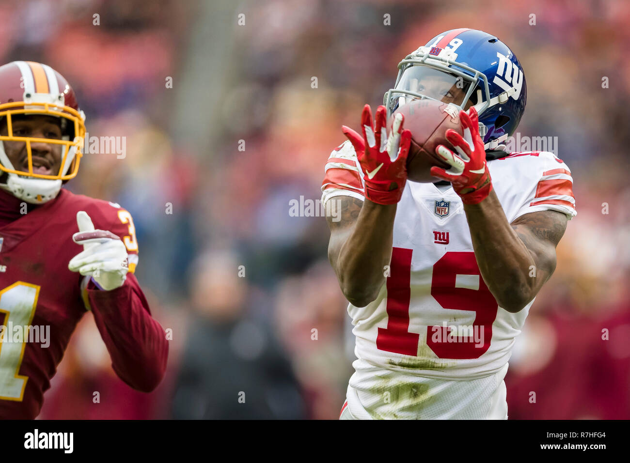 Landover, Maryland, USA. 09th Dec, 2018. New York Giants wide receiver Corey Coleman (19) catches a pass in front of Washington Redskins cornerback Fabian Moreau (31) during the first half of the NFL game between the New York Giants and the Washington Redskins at FedExField in Landover, Maryland. Scott Taetsch/CSM/Alamy Live News Stock Photo