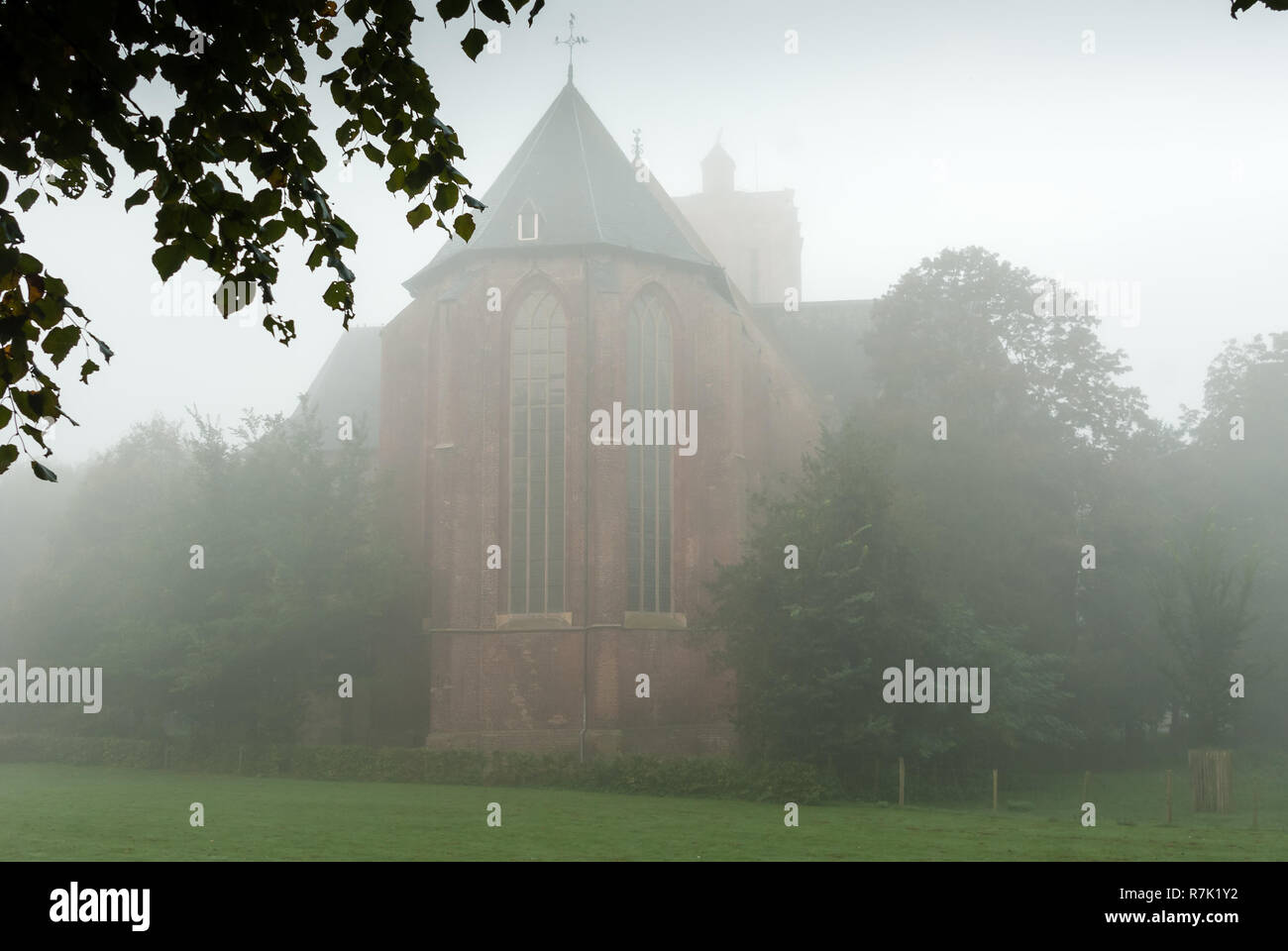 Foggy morning around the church in Elburg, Gelderland, Netherlands - Stock Image