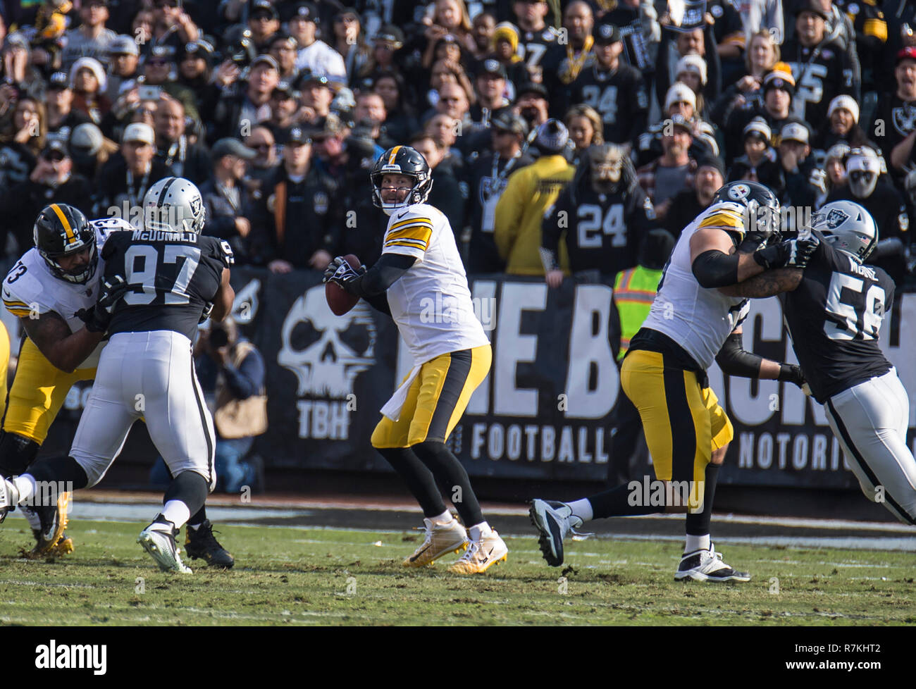 Dec 09 2018 Oakland U.S.A CA Pittsburgh Steelers quarterback Ben Roethlisberger (7) looks for the deep pass during the NFL Football game between Pittsburgh Steelers and the Oakland Raiders 21-24 lost at O.co Coliseum Stadium Oakland Calif. Thurman James/CSM - Stock Image