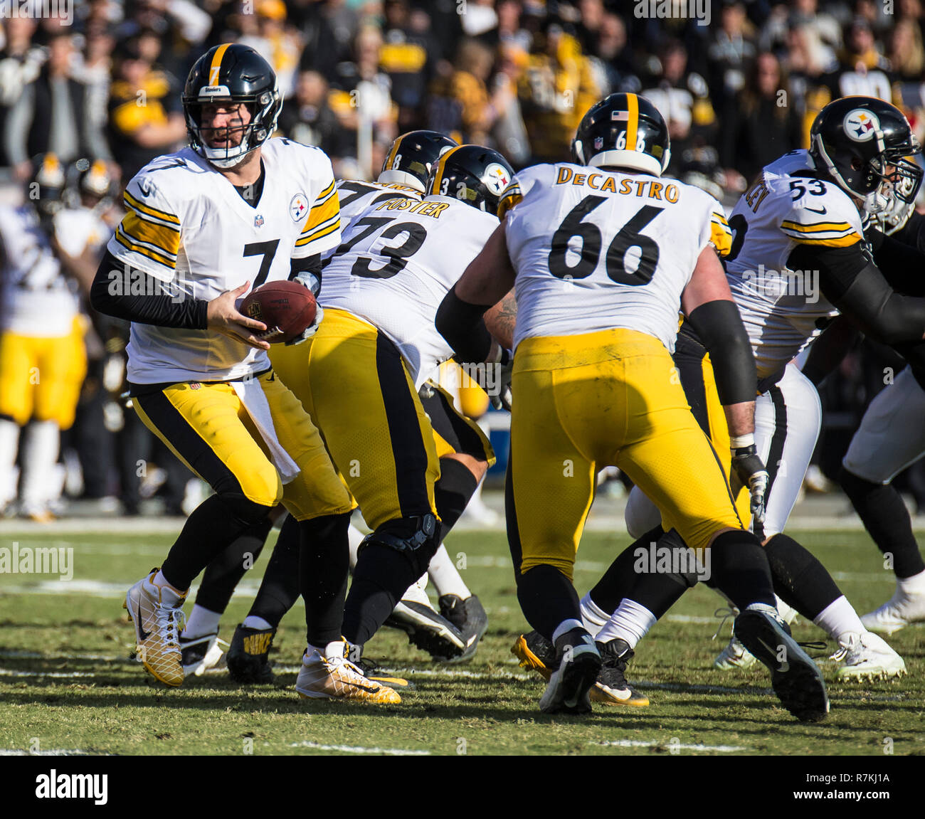 Dec 09 2018 Oakland U.S.A CA Pittsburgh Steelers quarterback Ben Roethlisberger (7) hands off the ball during the NFL Football game between Pittsburgh Steelers and the Oakland Raiders 21-24 lost at O.co Coliseum Stadium Oakland Calif. Thurman James/CSM - Stock Image