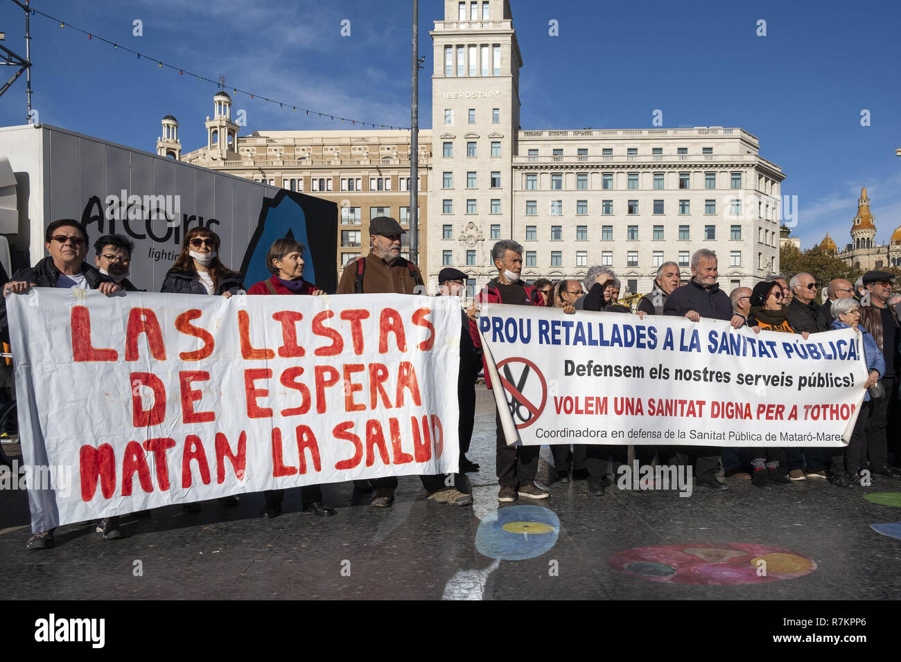 Barcelona, Catalonia, Spain. 10th December, 2018. Protesters are seen holding banners against waiting lists of public health during the protest.Called by Marea Blanca Catalunya within the state fight against the waiting lists and the commercialization of health, the protesters have toured the center of Barcelona to finish in front of the Generalitat of Catalonia. Credit: Paco Freire/SOPA Images/ZUMA Wire/Alamy Live News - Stock Image