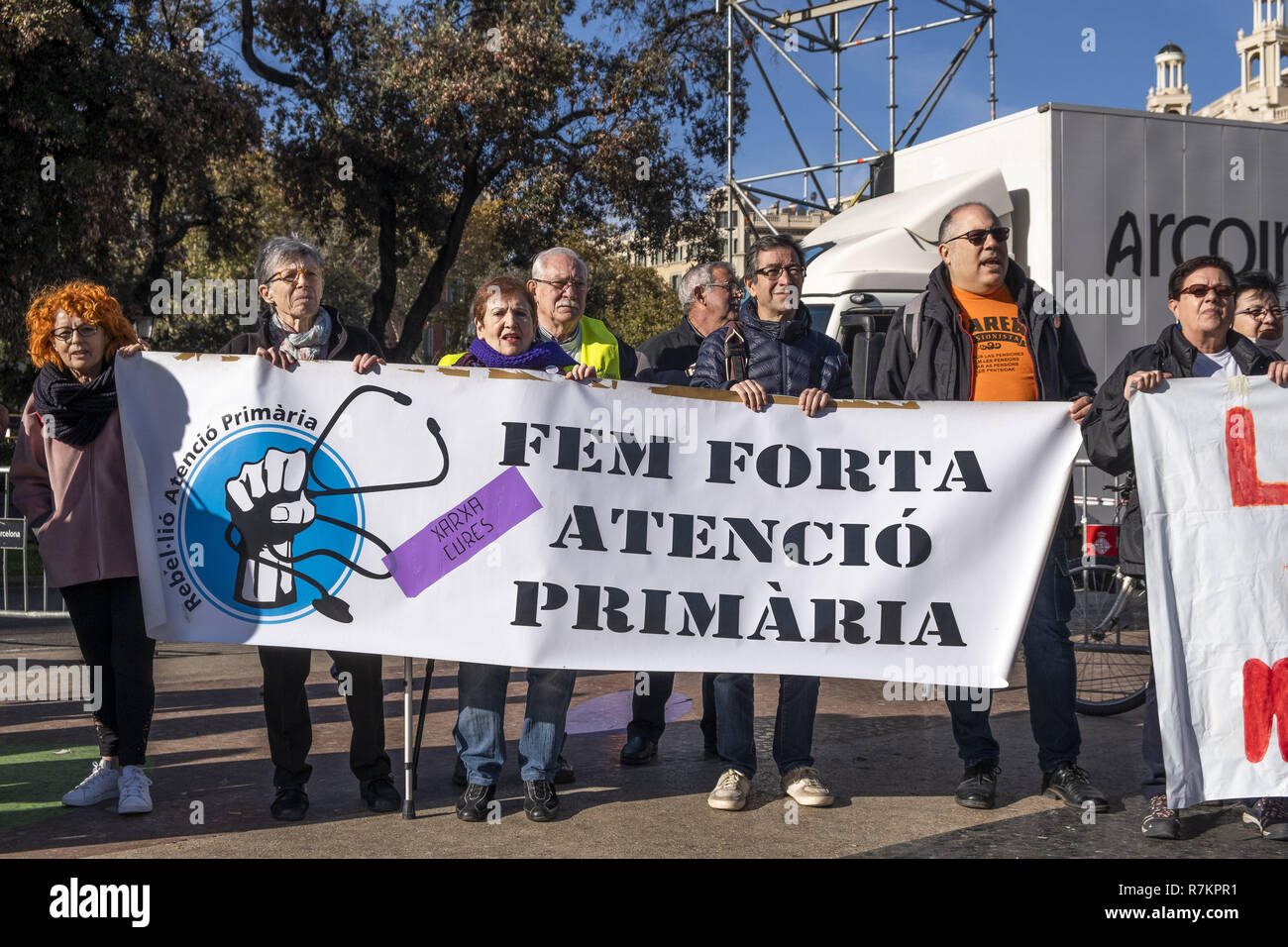 Barcelona, Catalonia, Spain. 10th December, 2018. Protesters are seen holding a banner claiming to reinforce public health during the protest.Called by Marea Blanca Catalunya within the state fight against the waiting lists and the commercialization of health, the protesters have toured the center of Barcelona to finish in front of the Generalitat of Catalonia. Credit: Paco Freire/SOPA Images/ZUMA Wire/Alamy Live News - Stock Image