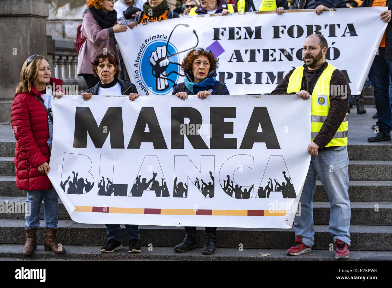 Barcelona, Catalonia, Spain. 10th December, 2018. Protesters are seen holding a Marea Blanca banner during the protest.Called by Marea Blanca Catalunya within the state fight against the waiting lists and the commercialization of health, the protesters have toured the center of Barcelona to finish in front of the Generalitat of Catalonia. Credit: Paco Freire/SOPA Images/ZUMA Wire/Alamy Live News - Stock Image