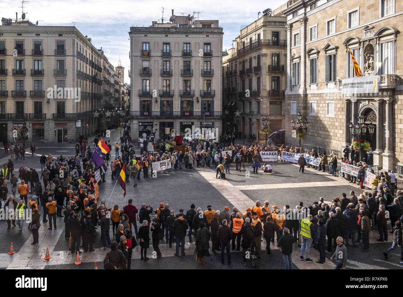 Barcelona, Catalonia, Spain. 10th December, 2018. Protesters against the waiting lists of public health are seen gathered at Plaza Sant Jaume during the protest.Called by Marea Blanca Catalunya within the state fight against the waiting lists and the commercialization of health, the protesters have toured the center of Barcelona to finish in front of the Generalitat of Catalonia. Credit: Paco Freire/SOPA Images/ZUMA Wire/Alamy Live News - Stock Image