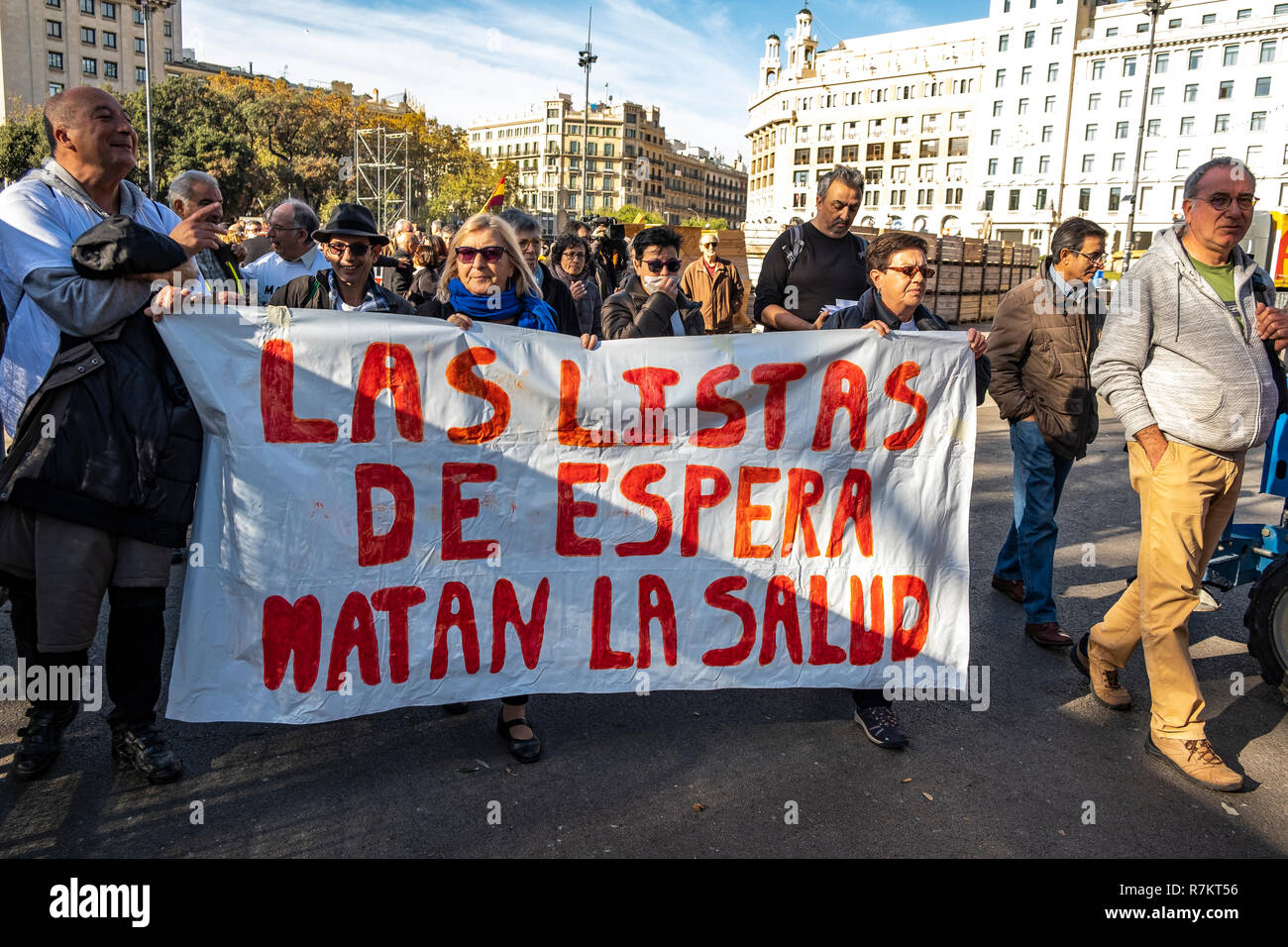 Barcelona, Spain. 10th December 2018. Protesters are seen holding a banner against waiting lists of public health during the protest. Called by Marea Blanca Catalunya within the state fight against the waiting lists and the commercialization of health, the protesters have toured the center of Barcelona to finish in front of the Generalitat of Catalonia. Credit: SOPA Images Limited/Alamy Live News - Stock Image